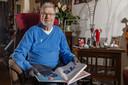 Van der Linden met het boek met zijn verhaal, en dat van anderen die jarig zijn op 5 mei, geopend op zijn pagina's.