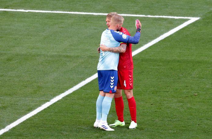Simon Kjaer en Kasper Schmeichel omhelzen elkaar tijdens het applaus.