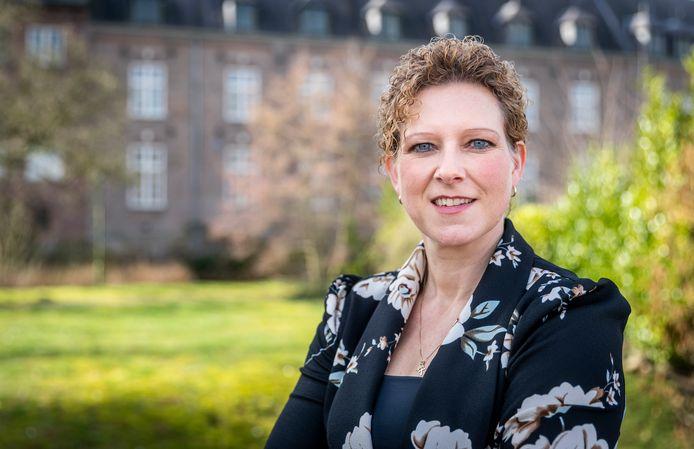 Inge van Dijk voor het kasteel aan het Ridderplein in Gemert.