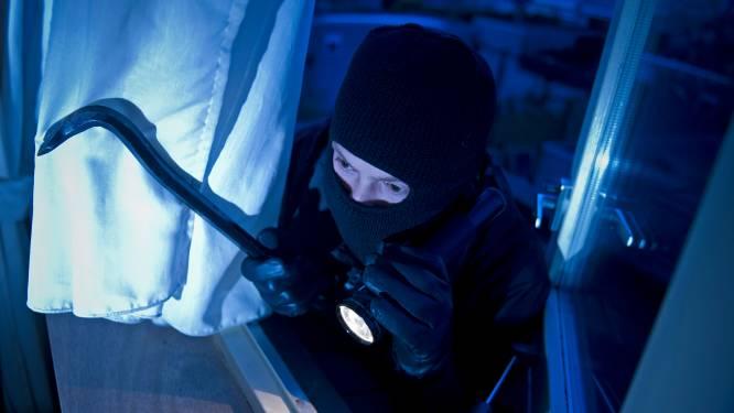 Inbreker zakt door dak en valt op agent, terwijl zijn maat in de prullenbak bij de buren zit