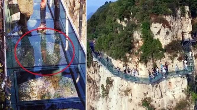 Toeristen schreeuwen het uit wanneer glazen brug op één kilometer hoogte barst