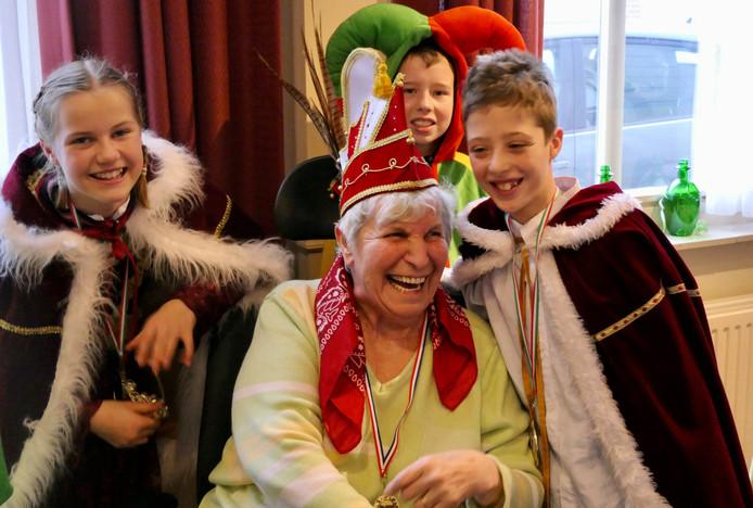 Oudere geniet samen met de jeugdraad Maoskesdam van carnaval in Zorgcentrum Antonius Heusden