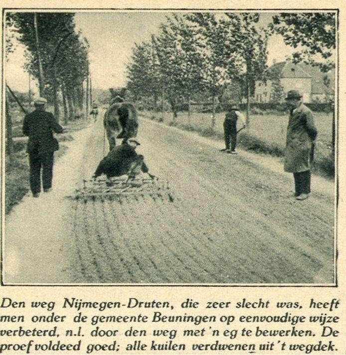 De ondergrond van het wegstracé wordt met een eg bewerkt.