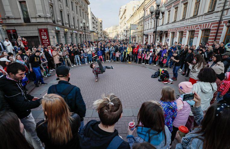 Op straat in Moskou is het leven al weken als vanouds: café's zijn open en bijna alle coronamaatregelen zijn opgeheven. Beeld EPA