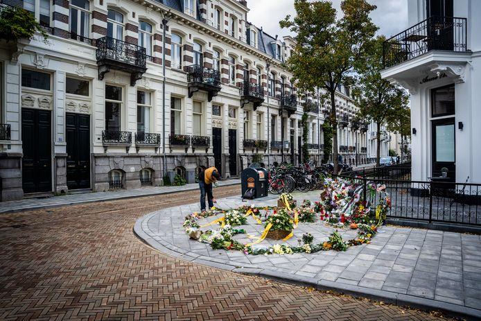 Bloemen voor de herdenkingsmonument voor Jan slachtoffer van de mishandeling in het spijkerkwartier. Arnhem