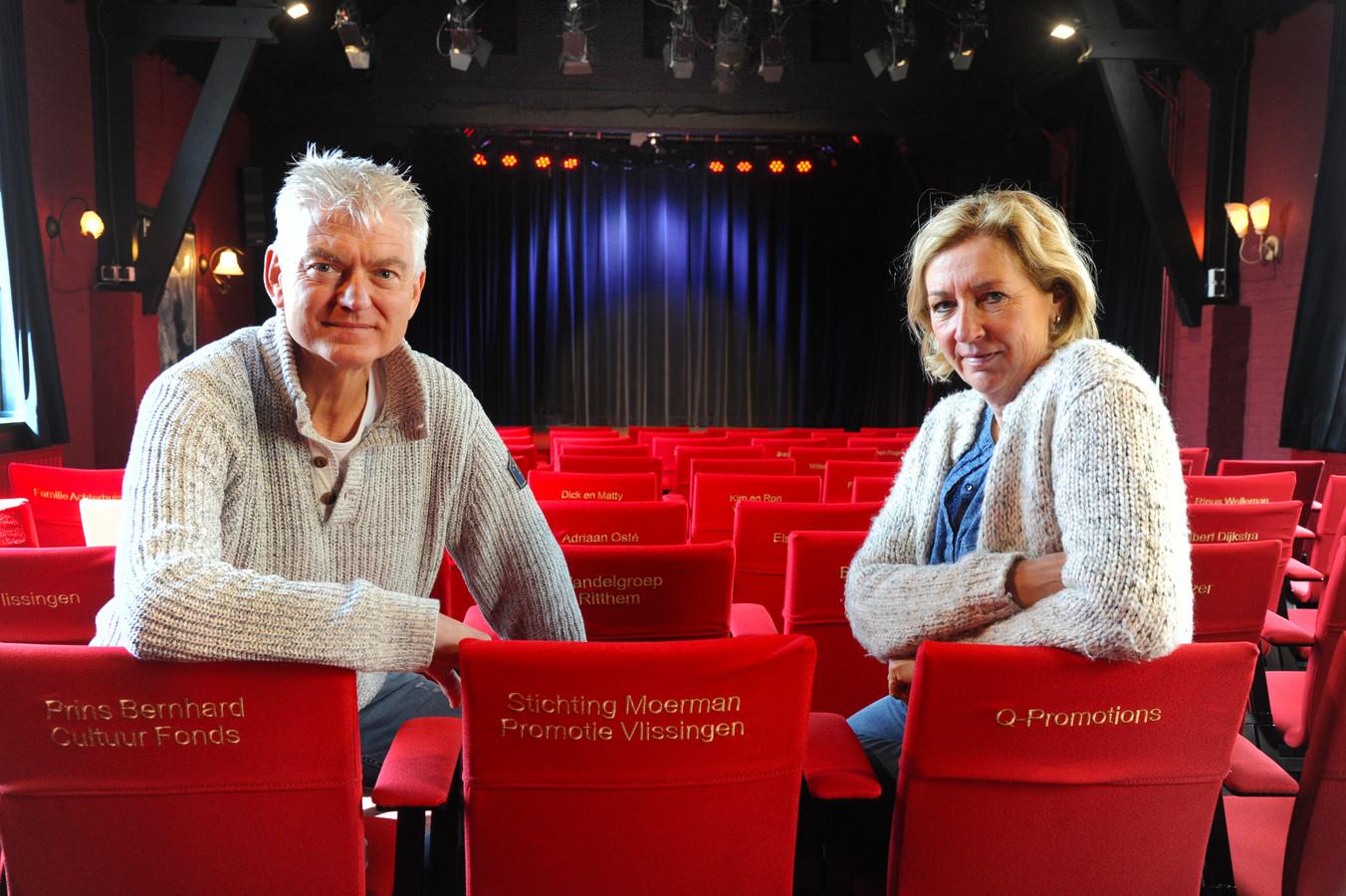 Peter en Esther de Neef op gesponsorde stoelen in de zaal van Theater De Verwachting.