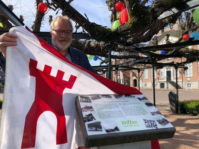 Wethouder Kees van Aert onthult de nieuwe plaquette bij de moeierboom in Etten-Leur.