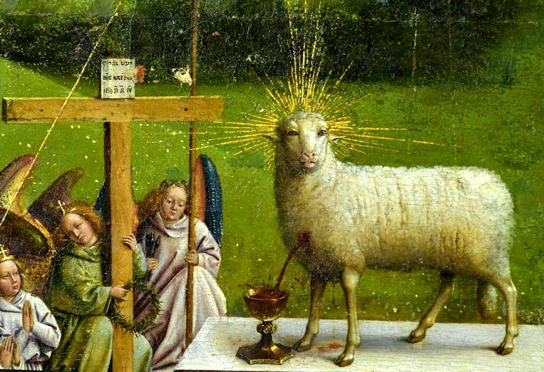 Het oorspronkelijke lam is witter en er lijkt meer bloed uit zijn borst te stromen. Beeld Photo News