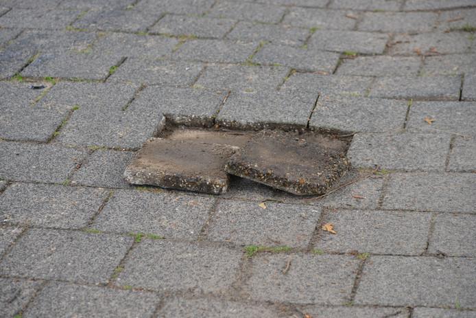 Er liggen wel eens wat tegels los op het fietspad van de Allerheiligenweg in Breda.