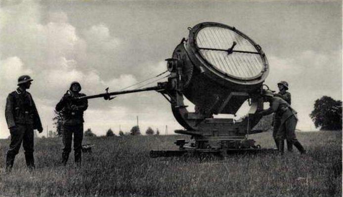Lezing over luchtoorlog boven Someren. Twee oude foto's van zoeklichten en drie foto's van oud Wehrmachtshuisje in Someren-Heide