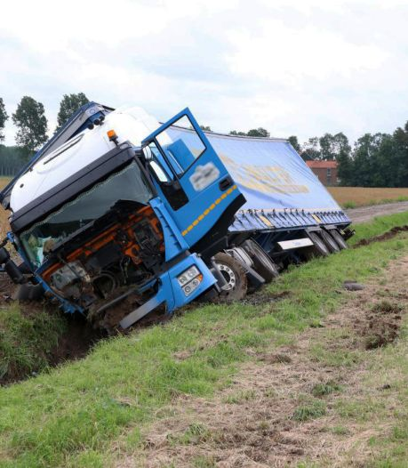 Chauffeur gestoken door bij; vrachtwagen crasht in sloot
