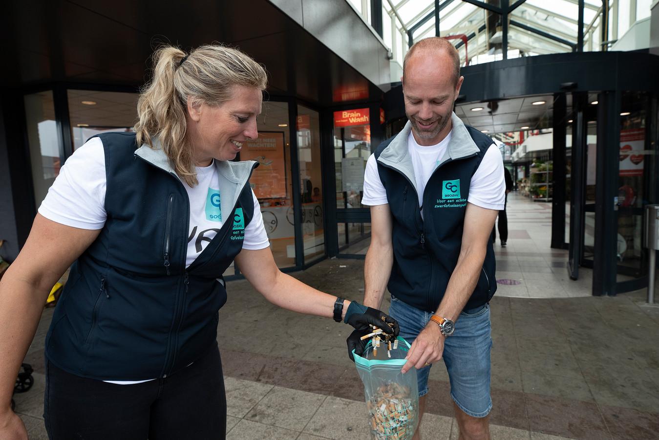 Marloes Heebing en Andries Vuerink van GOClean de Liemers zetten zich samen met andere vrijwilligers in tegen peuken op straat. Op één dag raapten ze 6.500 peuken op.