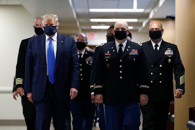 Trump bezoekt het medisch centrum Walter Reed. 'Joe Biden en zijn bazen van radicaal-links zullen de prachtige voorsteden totaal vernietigen. Suburbia zal niet meer zijn zoals we het nu kennen.' Beeld AP