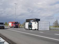 File door omvergeblazen vrachtwagen op A50, ook op andere plaatsen schade en overlast door harde wind
