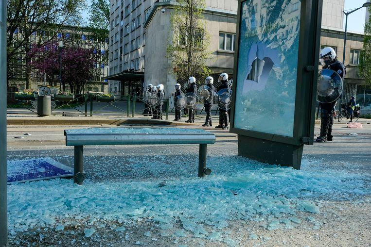 Bij de rellen van zaterdag werd ook heel wat schade aangericht. Beeld Baert Marc
