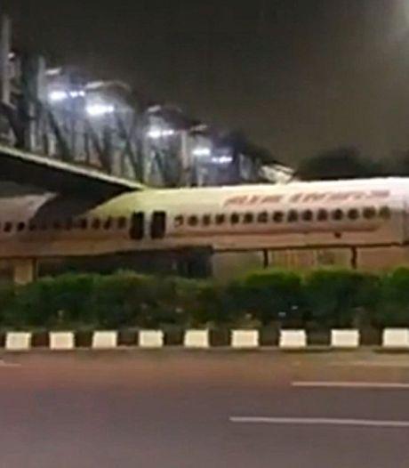 Un avion de ligne coincé sous une passerelle en Inde
