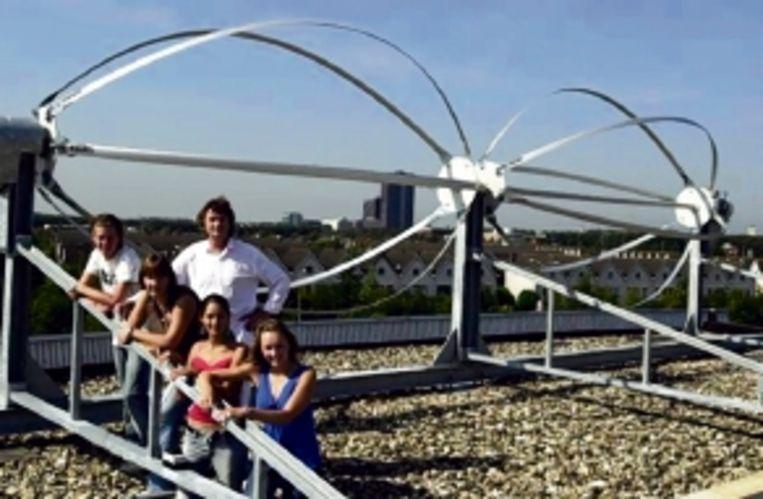 Op het dak van de school staan windmolens. (Trouw) Beeld