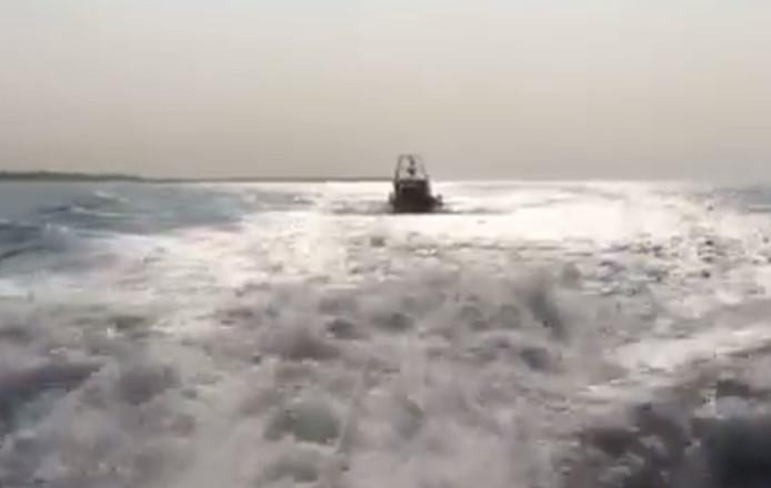 KNRM sleept de vissersboot met pech naar de haven van Breskens.