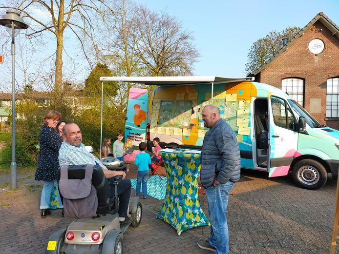 Inwoners van Slijk-Ewijk kunnen bij een bus van Adviesbureau Spectrum hun ideeën over de toekomst van het dorp kwijt.