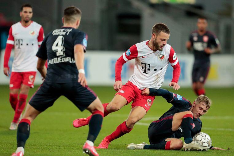 Bart Ramselaar van FC Utrecht in duel met Jesse Bosch van FC Twente. Beeld BSR Agency
