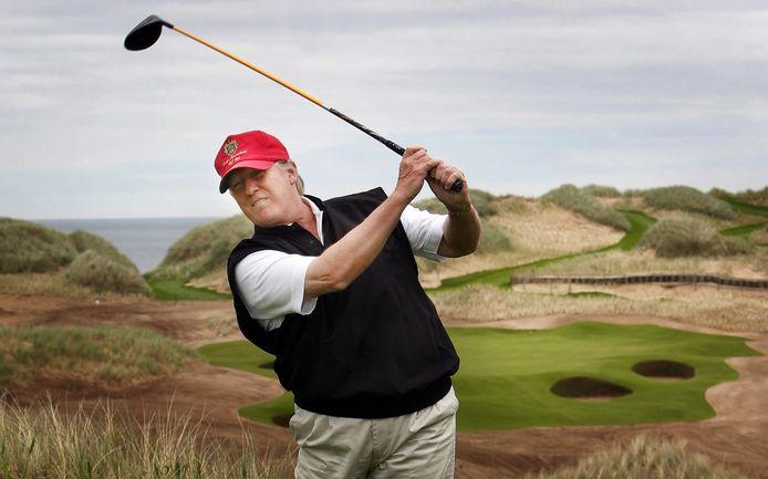 Trump slaat een balletje in Aberdeen, Schotland (2011).