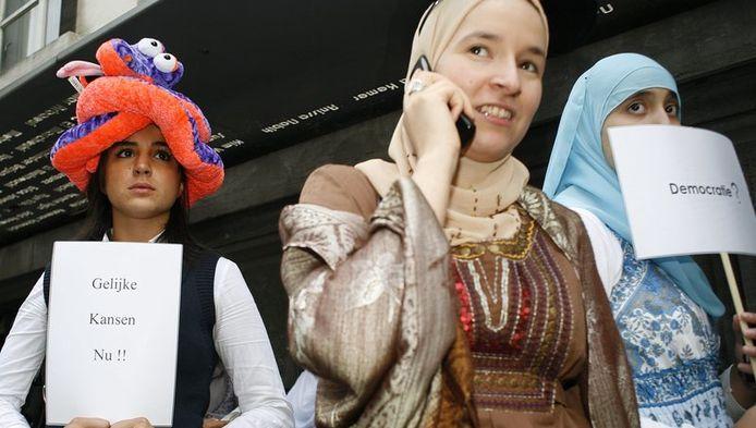 Op 1 september protesteerden enkele tientallen moslima's en sympathisanten aan de ingang van het Antwerpse Atheneum aan de Franklin Rooseveltplaats.