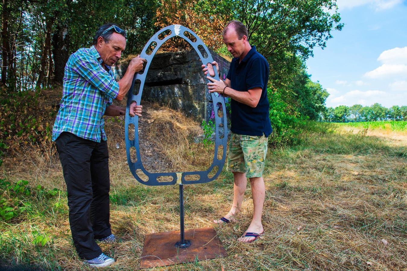 Joep Horevoorts en Bart Somers (links) deze zomer bezig met de voorbereidingen bij het schijnvliegveld.