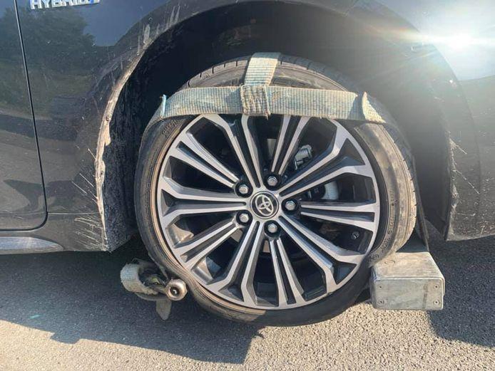 La voiture de l'Échevin des Travaux publics à Charleroi a été victime d'un nid-de-poule