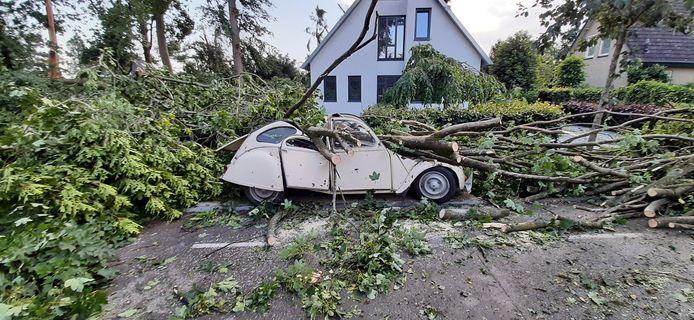 Bovenstaande auto werd hevig getroffen door de storm.