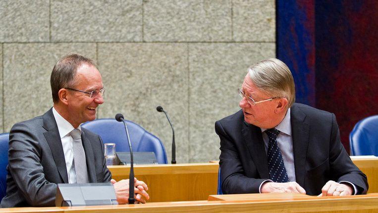 Voormalige ministers van Defensie Henk Kamp (links) in 2011 in gesprek met Hans Hillen. Beeld anp