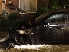Auto brandt uit in woonwijk in Best