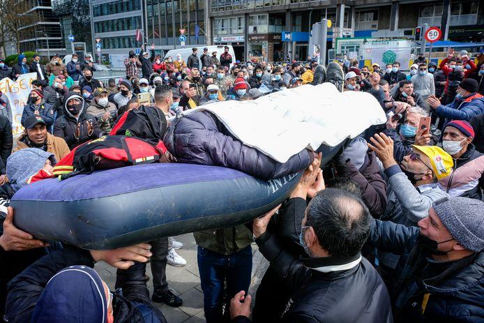 Betoging van mensen zonder papieren aan de Wetstraat. Betogers dragen sans-papier rond op luchtmatras.