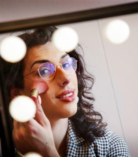 Als transpersoon is het lastig over make-up te leren, vond Sharmila (18): dus begon ze haar eigen cursus