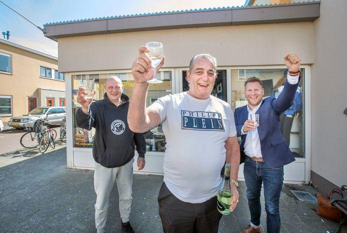 Dankzij de verlenging van de parkeertijden komen de vissers weer naar Duindorp en dus naar Nico's winkeltje.