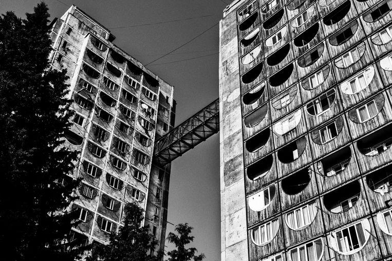 Appartementen verbonden met een passerelle in Tbilisi.  Beeld Tim Dirven