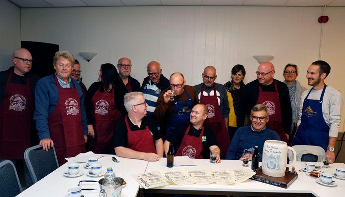Het biergilde van Ambrasserie, met zittend op de voorgrond Marco de Vries, Bas van Sikkelerus en Johan de Kort,  winnaars van het kampioenschap bierbrouwen onlangs in Bergen op Zoom