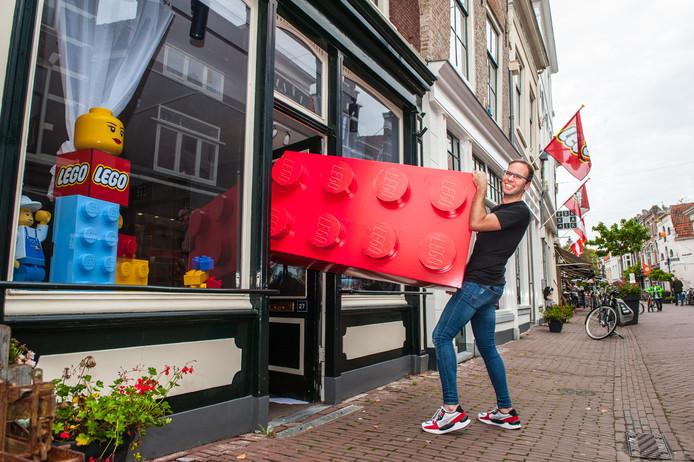 """Gouda, de Lego winkel op de Lange Tiendeweg gaat uitbreiden. Pieter Boersma: """"Er komt een doorgang naar het nieuwe pand en daarmee vergroten we de winkel. Die gaat 21 december open. In het voorjaar hopen wij de eerste Lego Escape room voor kids ter wereld te openen, althans wij denken dat het de eerste is, want vooralsnog konden wij er niets over vinden."""""""