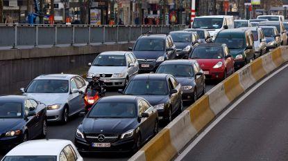 """Werknemers lopen niet warm voor """"cash for car"""", regering grijpt in"""