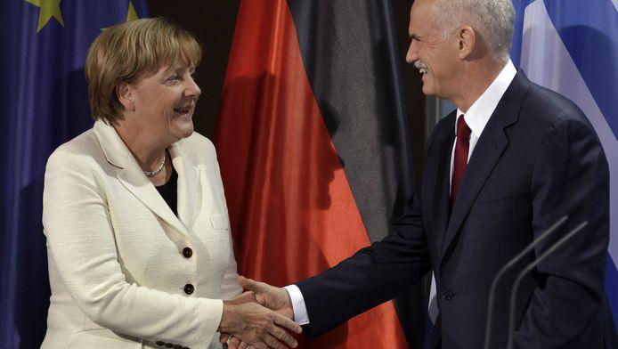 Een archieffoto uit 2011 met Duits bondskanselier Angela Merkel en de toenmalige Griekse crisispremier George Papandreou.