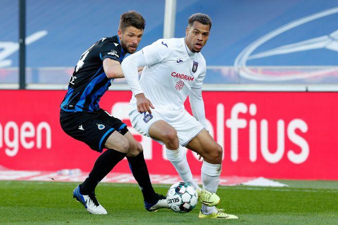 Nmecha in duel met Mechele (Club Brugge).