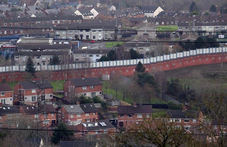 De grens tussen een protestantse en een katholieke wijk in Belfast. Beeld AFP