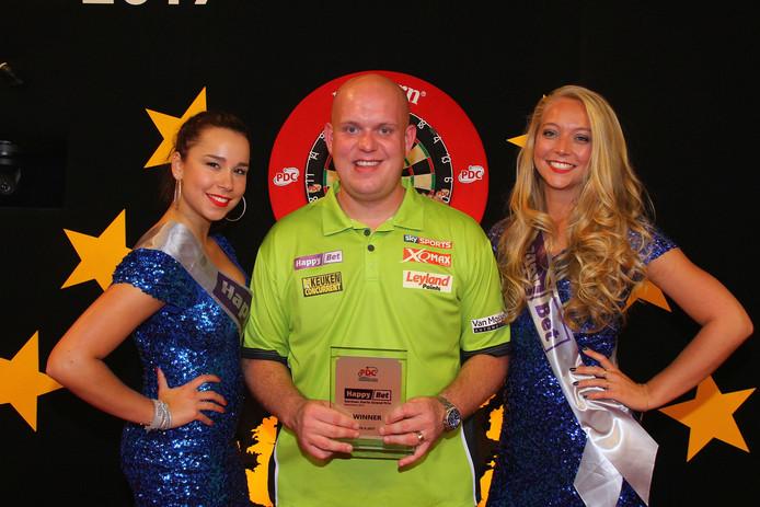 Michel van Gerwen in Mannheim met de trofee.