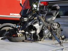 Motorrijder naar het ziekenhuis na frontale botsing met vrachtwagen