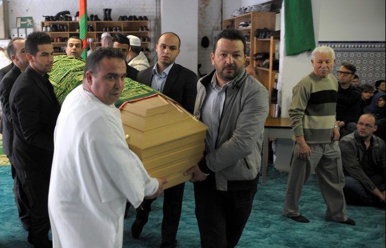 Vorige week vrijdag vond de uitvaartsplechtigheid van Ihsane Jarfi plaats in een moskee in Luik. Beeld PHOTO_NEWS
