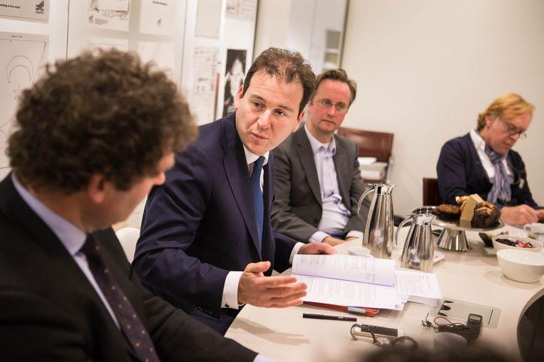 Minister Asscher beantwoordt vragen van Volkskrantlezers. Rechts naast hem chef economie Xander van Uffelen. Beeld Cigdem Yuksel