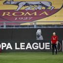 Ajax-trainer Erik Ten Hag in het stadion van AS Roma bij de laatste training.