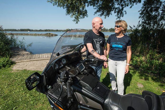 Charley en Anneloes Russell uit Heerhugowaard zijn met de motor neergestreken op camping De Beverburcht met uitzicht op de Biesbosch.