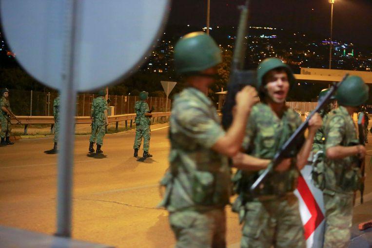 Turkse militairen blokkeren de toegang tot de Bosporusbrug. Beeld REUTERS