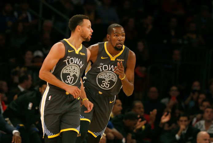 Warriors-vedettes Kevin Durant (r) en Stephen Curry.