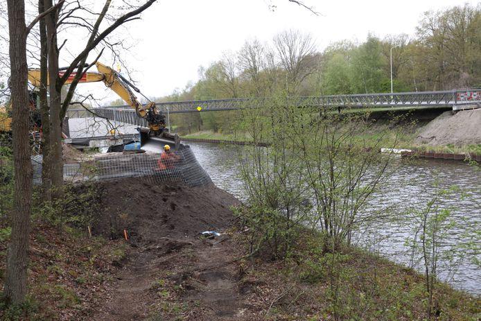 Een aannemer werkt momenteel aan de aanleg van nieuwe taluds aan beide kanten van de fietsbrug, die eind februari op zijn plek werd getakeld maar daarna nog afgezet bleef met hekken.